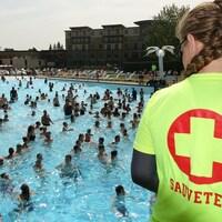 Une sauveteuse surveille des nageurs au Village Vacances Valcartier