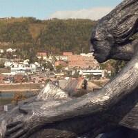 Ville de Gaspé. Statut d'une femme et d'un poison en avant plan