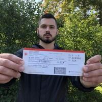 Vincent Godin montre le billet d'avion qu'il a acheté.