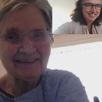 Une dame âgée vue avec une autre femme, plus jeune, dans un écran vidéo séparé.