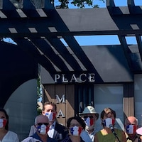Des gens portant un masque sur une estrade.