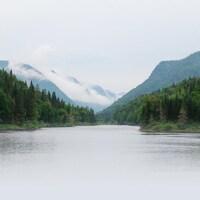 Photo de la rivière Jacques-Cartier et de ses montagnes environnantes.