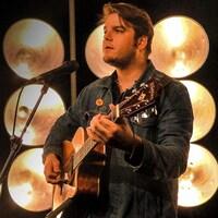 L'auteur-compositeur-interprète Matt Boudreau sur le plateau de Version originale interprétant, avec sa guitare, sa chanson La routine.