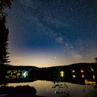 Une partie de la Voie Lactée est visible depuis le lac Louise, à Saint-Adolphe d'Howard, en juillet 2020.
