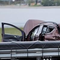 Un voiture accidentée sur une autoroute.
