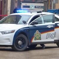 Une voiture de police avec la portière du conducteur ouverte.