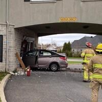 Une voiture immobilisée dans le mur d'une résidence