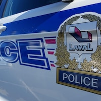Gros plan d'une autopatrouille de la police de Laval.