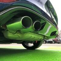 Gros plan sur les pots d'échappement d'une voiture