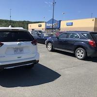 Des voitures immatriculées au Québec stationnées au Walmart.