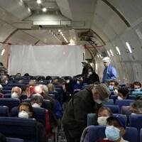 Des passagers portent des masques de protection respiratoire.