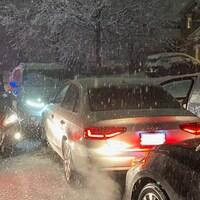Une voiture est entourée d'autopatrouilles.