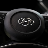 Le logo de Hyundai Motors sur le volant d'une berline Sonata