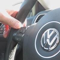 Le volant d'une voiture Volkswagen.
