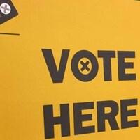 Pancarte qui dit « Vote here »