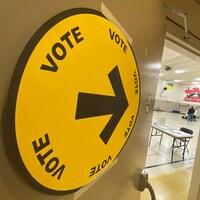 Entrée d'un bureau de vote à Regina.