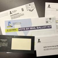 Une trousse de bulletin de vote par correspondance.