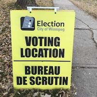 Un panneau jaune indiquant un bureau de vote à Winnipeg.
