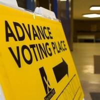 Pancarte qui donne une indication pour aller voter en Saskatchewan.