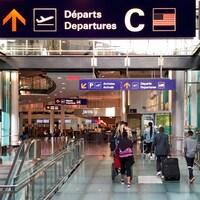 Des voyageurs transportent leurs bagages à l'aéroport Montréal-Trudeau.