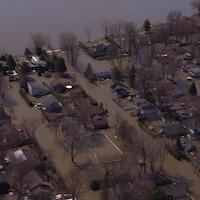 Des maisons sont entourées d'eau à Sainte-Marthe-sur-le-Lac.