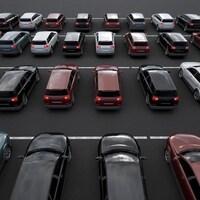 Des VUS garés dans un terrain de stationnement.