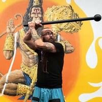 Zack Yanyk lève une massue au-dessus de sa tête durant un exercice.