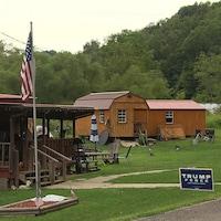 Un drapeau des États-Unis et une pancarte Trump-Pence devant une maison.