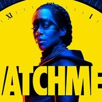 Une femme maquillée devant le cadran d'une horloge, avec le logo de la série «Watchmen» dans le bas de l'écran.