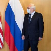 Ils posent tous deux, masqués, devant le drapeau de leur pays respectif.