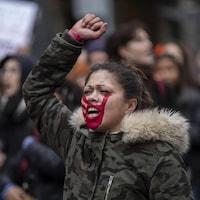 Une manifestante maquillée aux couleurs des Wet'suwet'en.