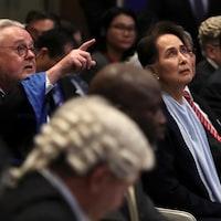Me Schabas pointe quelque chose que regarde Mme Suu Kyi.
