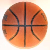 Un ballon de basketball de marque Wilson