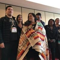 La députée indépendante Jody Wilson-Raybould est honorée par les chefs des Premières nations, jeudi, à Ottawa.