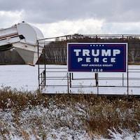 Un pancarte Trump/Pence affichée sur de la machinerie agricole.