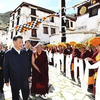 Le président chinois Xi Jinping avec des moines tibétains