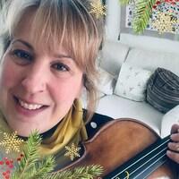 Une femme tenant un violon.
