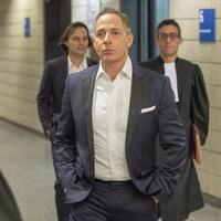 Yanaï Elbaz, Yohann Elbaz et un avocat marchent dans un couloir du palais de justice de Montréal.