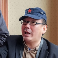 Yang Hengjun fait un geste de la main.