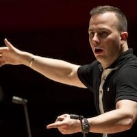 Le chef d'orchestre dirige les musiciens.
