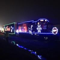 Un train illuminé de motifs de Noël