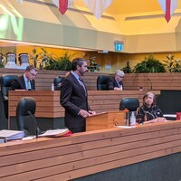 Sandy Silver debout à l'Assemblée législative.