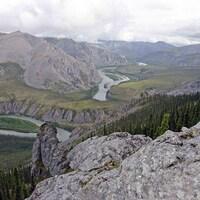 rivière entourée de montagnes