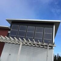 Des panneaux solaires sur la façade d'un édifice.