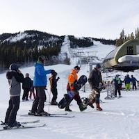 skieurs et planchistes devant le remonte-pente