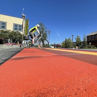 Un vélo traversant les couleurs d'un passage piéton.