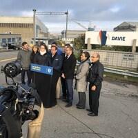 Le chef du Bloc québécois et des membres de son équipes en point de presse devant le Chantier Davie.