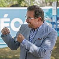 Yves-François Blanchet a simulé un combat de boxe avec le candidat Alain Therrien.