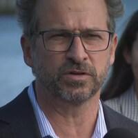 Yves-François Blanchet en conférence de presse dehors.