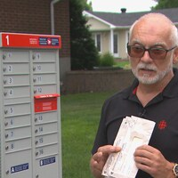 Yvon Guignard devant sa boîte aux lettres.